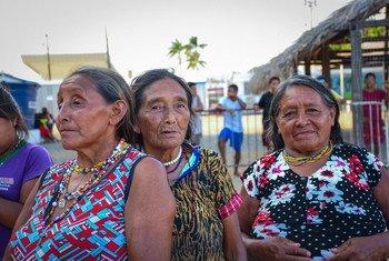 Mulheres da comunidade de refugiados indígenas Warao da Venezuela participam de uma sessão educacional sobre a Covid-19 no Brasil