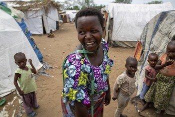 Jeannette Niyibigira, mshoni na mnufaika wa mkopo unaofadhiliwa na UNICEF na shirika la kiraia la Foi en Action akisalimia wakazi wenzake wa kambi ya wakimbizi wa ndani ya Gatumba karibu na mji wa Bujumbura nchini Burundi.