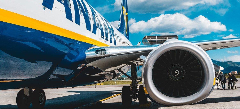 ركاب يصعدون على متن طائرة رايان في أحد المطارات بإيطاليا.