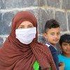 सीरिया के दामस्कस शहर में विस्थापित परिवार मासिक राशन के लिये क़तार में हैं.