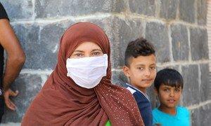 在叙利亚大马士革,流离失所的家庭排队等待每月的口粮。