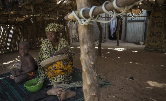 Scenes from daily life in an IDP village in the Mopti area.