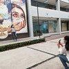 طالبتا تمريض تلتقطان الصور أمام لوحة جدارية في المكسيك.