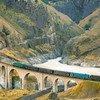 पार-ईरानी रेल मार्ग पर एक पुल को पार करती मालवाहक ट्रेन.