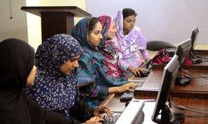 在巴基斯坦,女学生在学习计算机技能。