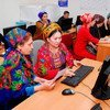 तुर्कमेनिस्तान में गणित विशेषज्ञ डेटा प्रसंस्करण करते हुए.