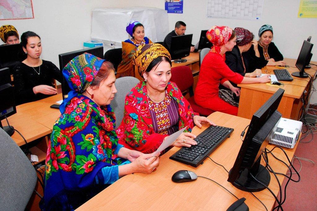 الإحصائيون في تركمنستان يقومون بتحليل البيانات