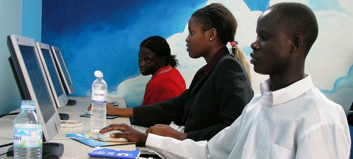 युगांडा और दुनिया भर में लोग COVID-19 महामारी के दौरान डिजिटल उपकरणों का उपयोग कर रहे हैं।