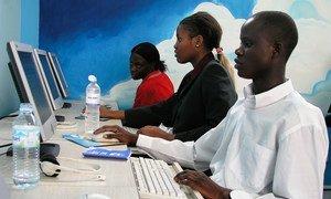 La población de Uganda y la de todo el mundo utiliza herramientas digitales durante la pandemia de COVID-19.