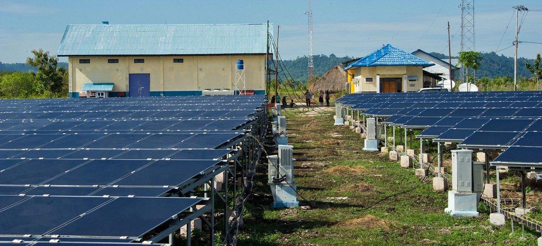 تستخدم الألواح الشمسية على نطاق واسع في إندونيسيا لتزويد المجتمعات بالطاقة المستدامة.