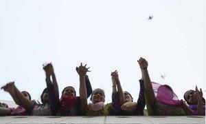 Un groupe de femmes solidaires les unes des autres en Inde