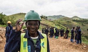 Trabajadores de la República Democrática del Congo participan en un proyecto del PNUD para la reconstrucción de una carretera en Kivu del Sur.