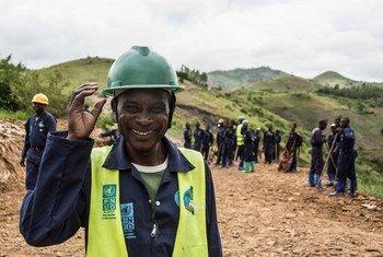 يشارك السكان المحليون في جنوب كيفو في جمهورية الكونغو الديمقراطية في مشروع لاستعادة الطرق المجتمعية يموله برنامج الأمم المتحدة الإنمائي.