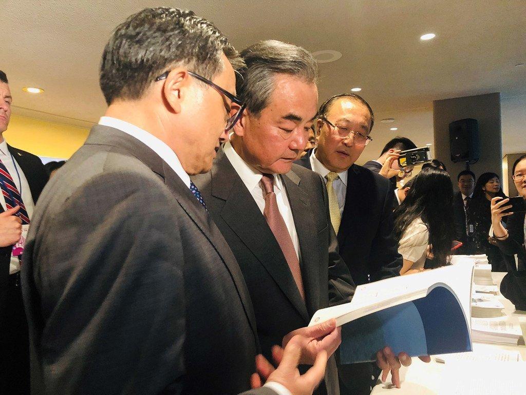国务委员兼外长王毅正在阅读有关联合国可持续发展的报告。