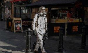 Un homme portant un masque à Londres.