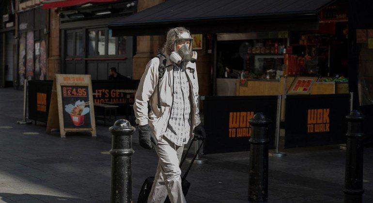 Un hombre camina en Londres en medio de la pandemia.