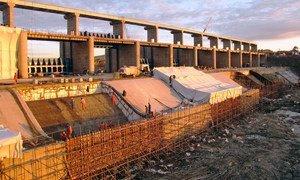 Les grands projets d'infrastructures comme ce barrage sur le fleuve Nura au Kazakhstan nécessitent souvent des investissements directs (archive)