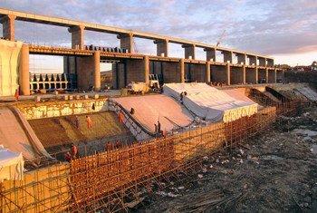 Масштабные проекты по строительству инфраструктуры требуют иностранных инвестиций. На фото - строительство дамбы на реке Нура в Казахстане.