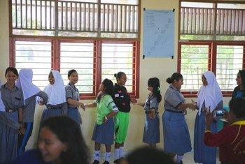 Des élèves chantent une chanson dans le cadre d'un atelier sur la tolérance dans une école en Indonésie.