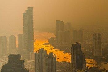 Una capa de polución se ve sobre el Chao Phraya river en Bangkok.