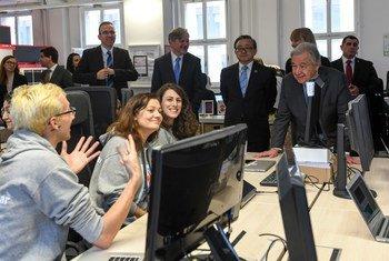 """Генеральный секретарь ООН Антонио Гутерриш (справа) общается со студентами школы цифровой интеграции """"ReDi"""" в Берлине, Германия"""