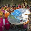 भारत में एक महिला, सौर ऊर्जा से खाना पकाने का तरीक़ा बता रही है.
