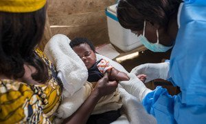 Enfermeira prepara vacinação de criança no Kivu Norte, na RD Congo