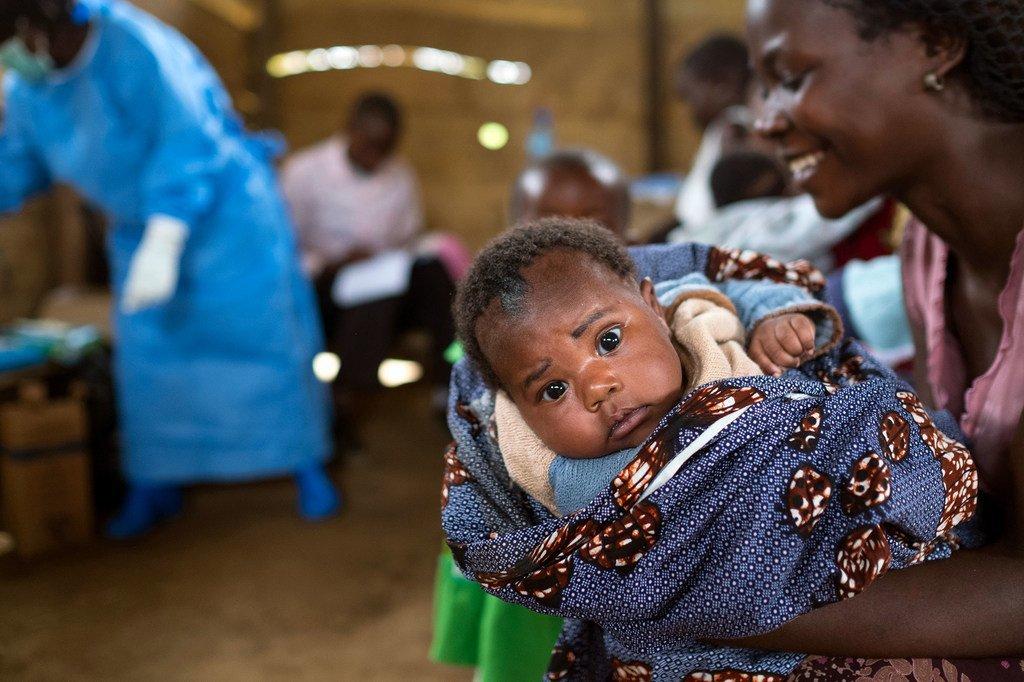 Une mère avec sa fille dans une clinique du Nord-Kivu, en République démocratique du Congo.