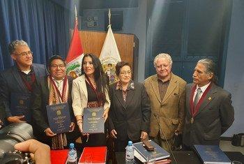 Roxana Quispe Collantes con el jurado que le otorgó el título de doctora en literatura peruana y latinoamericana con el puntaje máximo, tras la sustentación de su tesis en quechua en la Universidad Nacional Mayor de San Marcos, en Lima, Perú.