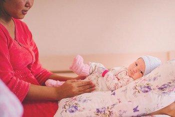 在哈萨克斯坦阿克套市的妇女中心,一位母亲和她刚出生的孩子。