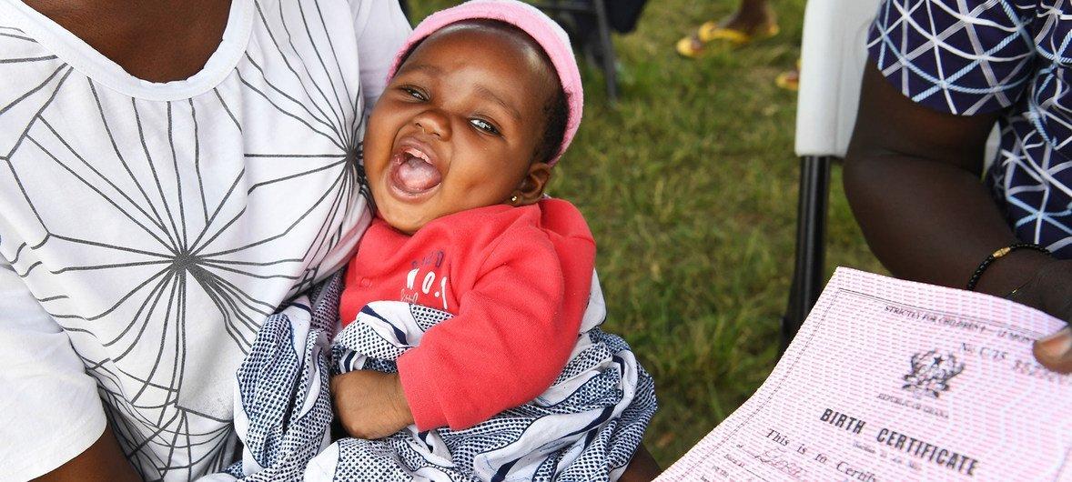 加纳阿克拉一个两个月大的婴儿获得了出生证明。