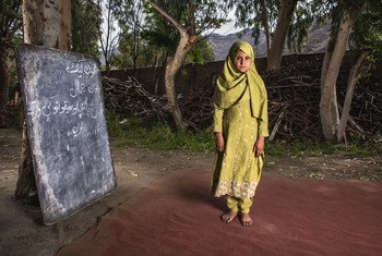 طفلة في العاشرة من عمرها، تقف إلى جانب قطعة خردة كانت جزءا من مدرسة للبنات لكن تم تدميرها خلال تفجير قنبلة عام 2015، في قرية بوديالاي في أفغانستان.