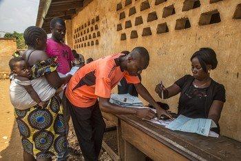 Un fonctionnaire traite les cartes d'identité des électeurs, avant les élections générales en République centrafricaine le 27 décembre 2020.