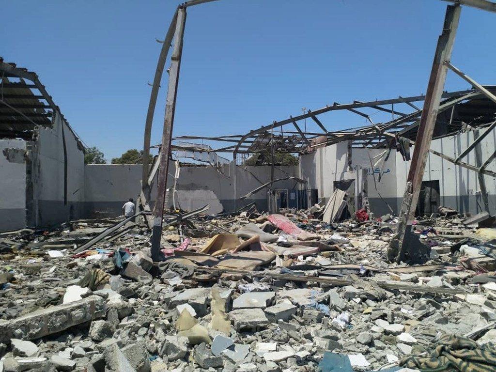 المشهد في أعقاب الغارة الجوية المدمرة على مركز الاحتجاز في تاجوراء، بضواحي العاصمة الليبية طرابلس.(2 تموز/يوليو).