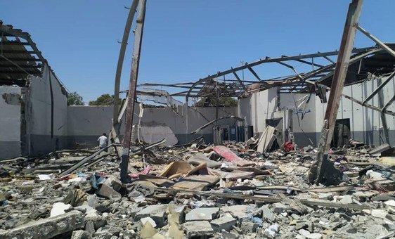 مشهد في أعقاب الغارة الجوية المدمرة على مركز الاحتجاز في تاجوراء، في ضواحي العاصمة الليبية طرابلس، في 2 تموز/يوليو.