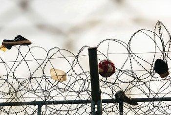 Zapatos, una pelota y un sombrero enganchados en una valla de alambre de espino de tres capas en el centro de recepción e identificación de Fylakio, cerca de la frontera greco-turca.