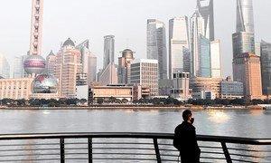 Morador de Xangai em região conhecida como Bund, que geralmente é um ponto turístico movimentado.