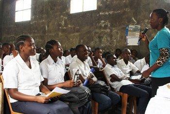 Une ambassadrice de la paix donne une conférence aux élèves d'une école de Kinshasa en République démocratique du Congo sur la promotion de la paix et de l'égalité des sexes.