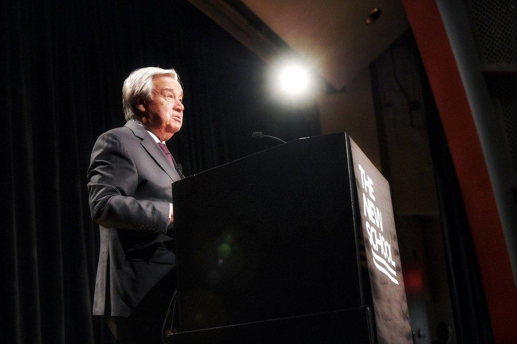 """الأمين العام أنطونيو غوتيريش، يلقي خطابا حول """"المرأة والسلطة"""" في The New School، بنيويورك."""