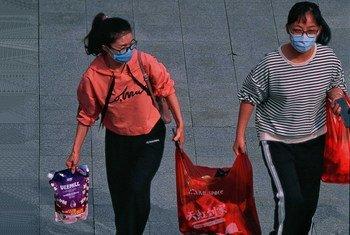 Deux femmes à Shenzhen, en Chine, sur le chemin du travail, alors que le pays est touché par une épidémie de coronavirus