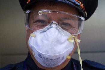Un empleado del Gobierno mexicano utiliza mascarilla para prevenir la infección de coronavirus.