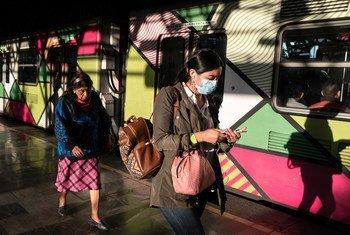 Duas mulheres em uma estação de metrô na Cidade do México . Nas Américas, houve queda de 9,4% na taxa de emprego entre mulheres