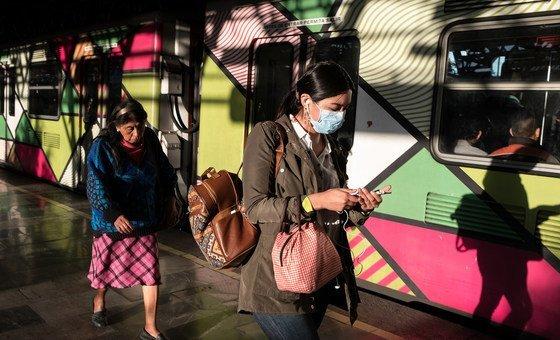 Duas mulheres em uma estação de metrô na Cidade do México