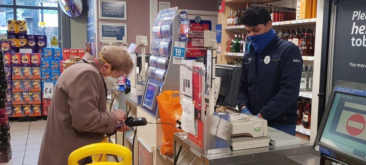 Una persona mayor compra provisiones en una tienda del sur de Londres, en Reino Unido