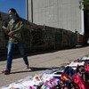 Un piéton portant un masque passe devant un étal informel dans la rue à Mexico pendant la pandémie de Covid-19.
