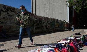 Un piéton passe devant un étal informel dans la rue à Mexico City pendant la pandémie de COVID19.