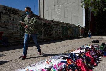 Un peatón en la ciudad de Mexico en medio de la pandemia de COVID-19.