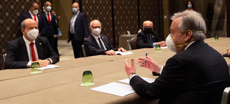 O secretário-geral, António Guterres, fala com o líder cipriota turco, Ersin Tatar, durante reunião informal 5+1