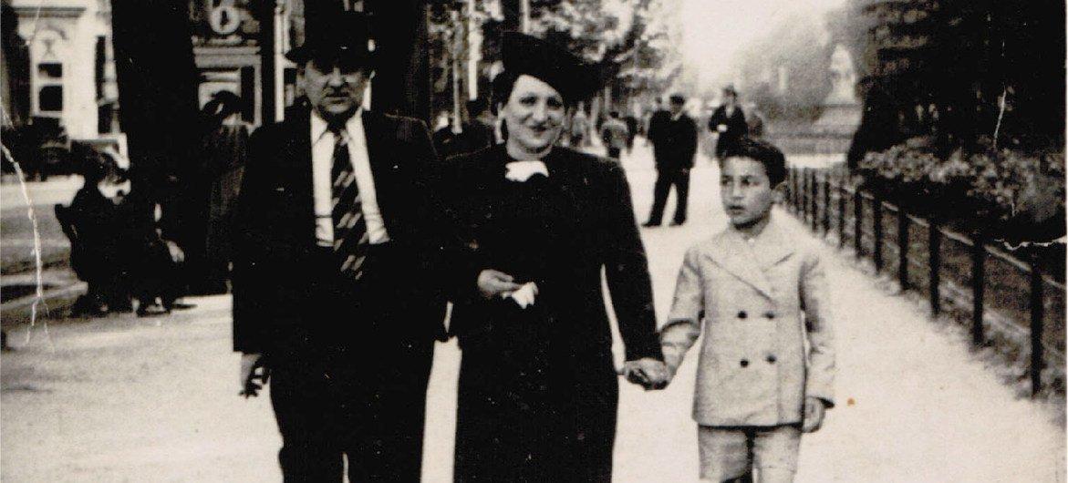 Simon Gronowski avec sa mère Chana et son père Léon, sur l'Avenue Louise à Bruxelles, Belgique, 1940