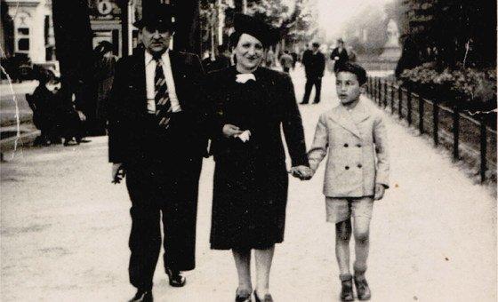 Шимон Гроновский гуляет с родителями по Брюсселю, 1940 г.